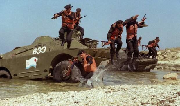 Морские пехотинцы десантируются с БРДМ-2.   Фото: автогурман.com.