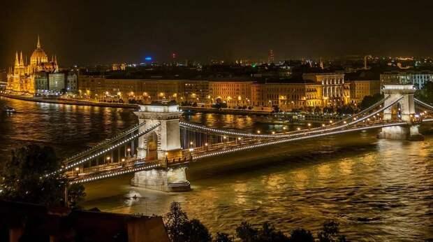 В Венгрии запретили усыновление детей однополыми парами