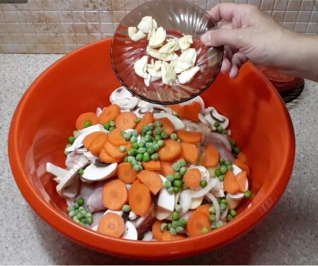 Просто кладу курицу в банку, ставлю в духовку и забываю на 1,5 часа. И никакой грязной посуды!