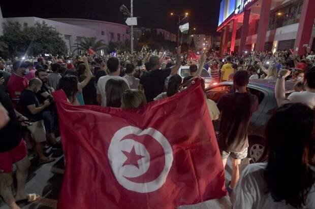 Президент Туниса отстранил премьера и распустил парламент