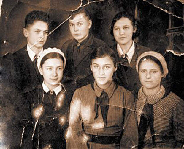 Будущая актриса (в центре) с братьями и сестрами.