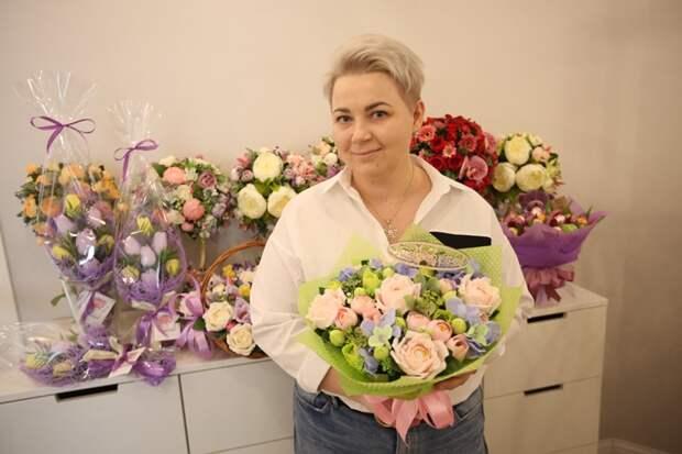 Жительница Северного дарит друзьям цветы со сладкой начинкой