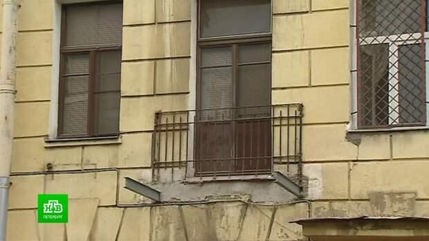 В историческом центре Петербурга начали избавляться от аварийных балконов