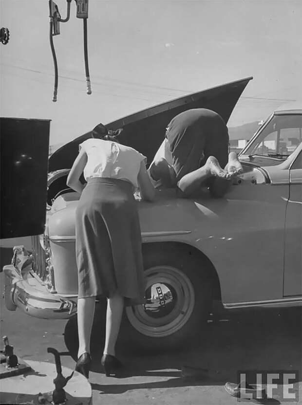 Женщины чинят свою машину, ок. 1950 г. 20 век, автомеханик, женщина 20 век, женщина и авто, женщина и машина, механики, ретро фото, старые фото