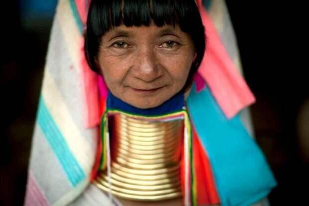 Таиландка с кольцами на шее