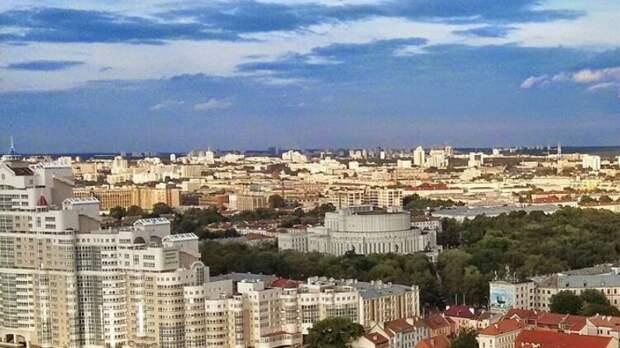 Белорусы устроили массовую акцию возле здания посольства США в Минске