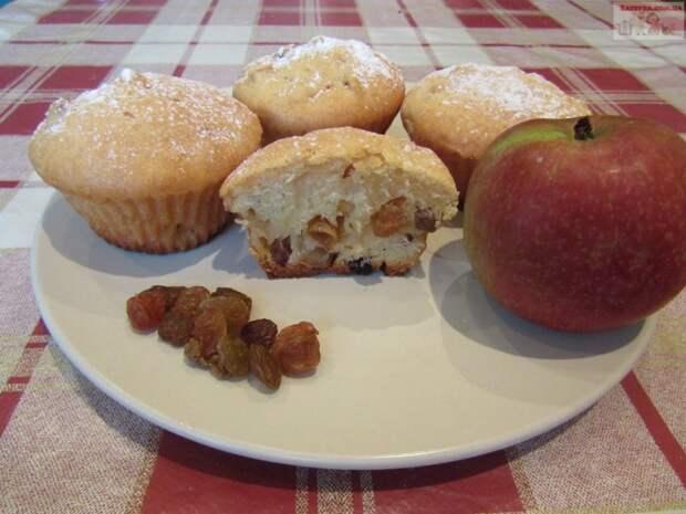 Кексы на кефире с яблоком и изюмом