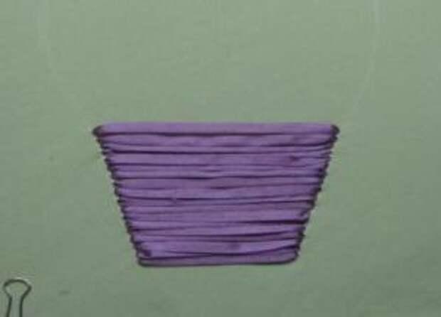 Картина будет более завершенной, если сирень поместить в корзину. Сначала также нарисуйте контур корзинки.
