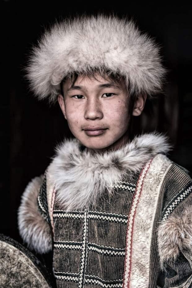 Юноша тофалар в национальной одежде. Фото взято из открытых источников