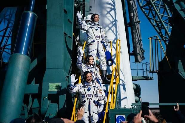 Юлия Пересильд и Клим Шипенко возвращаются на  Землю: прямая онлайн-трансляция посадки спускаемого аппарата космического корабля «Союз МС-18»