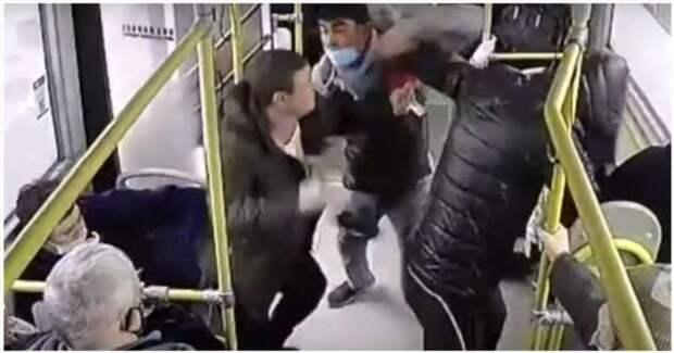 Кондуктор дал отпор напавшим на него пьяным пассажирам (1 фото + 1 видео)