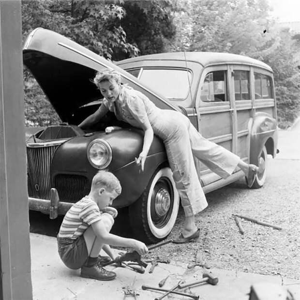 Мать ремонтирует семейный автомобиль, 1940-е гг. 20 век, автомеханик, женщина 20 век, женщина и авто, женщина и машина, механики, ретро фото, старые фото