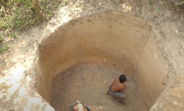 Строитель вырыл пещеру с бассейном