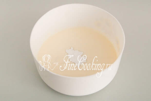 Холодные жирные сливки переливаем в подходящую миску, добавляем сахарную пудру взбиваем до пышности, чтобы получился воздушный и рельефный крем