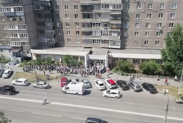 В Магнитогорске — столпотворение: пенсионеры пришли за бесплатными продуктами