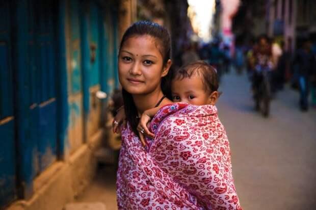 жительница Непала с ребенком за спиной