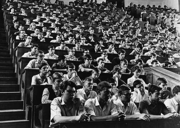 МГУ. Студенты в аудитории. Евгений Халдей, 1960-е, Москва, из архива МАММ/МДФ.