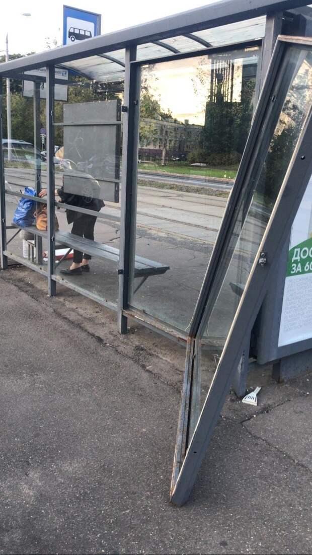 На улице Маршала Тухачевского вандалы повредили остановочный павильон