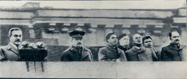 1948. Москва. Иосиф Сталин в Стенд с другими партийными боссами на Красной площади