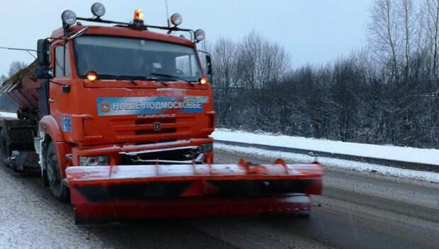 Рабочие и техника расчищают дороги от снега в Подмосковье