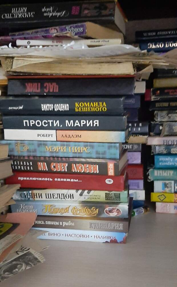 Пролистывал старые бабушкины книги. Показываю, что интересного нашел между страниц