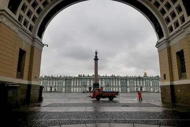 Сегодня Дворцовая — самая чистая площадь. Ее моют уже несколько часов!