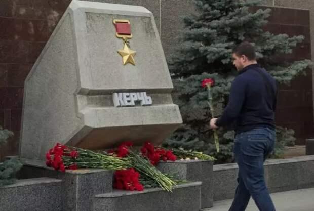 Севастопольцы возложили цветы в память о погибших в керченской трагедии (ФОТО)