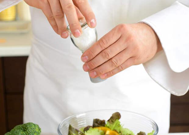 10 приемов шеф-поваров для быстрой и вкусной готовки. Усиливаем вкус еды, соля в определенный момент