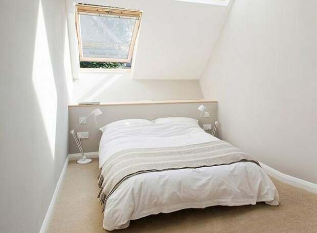 Гостевая спальня в узком доме.