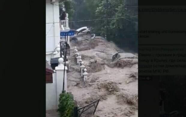 """Крым """"утопает"""", бурлящий поток сносит все на своем пути: кадры масштабного наводнения в Ялте"""