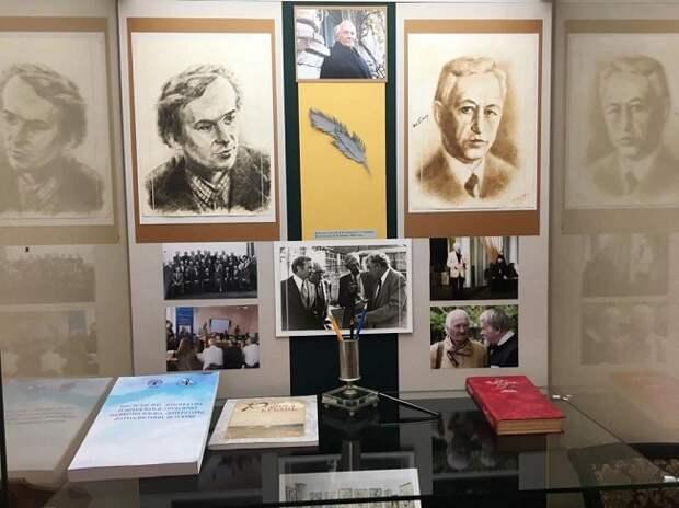 В Краснодаре открылась выставка, посвященная юбилею Виктора Лихоносова