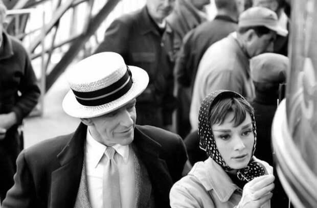 Одри Хепберн и Фред Астер, снявшиеся в фильме «Забавная мордашка» раздают автографы.