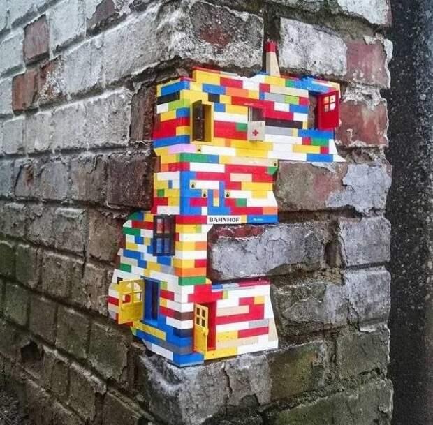 Починка стены при помощи лего