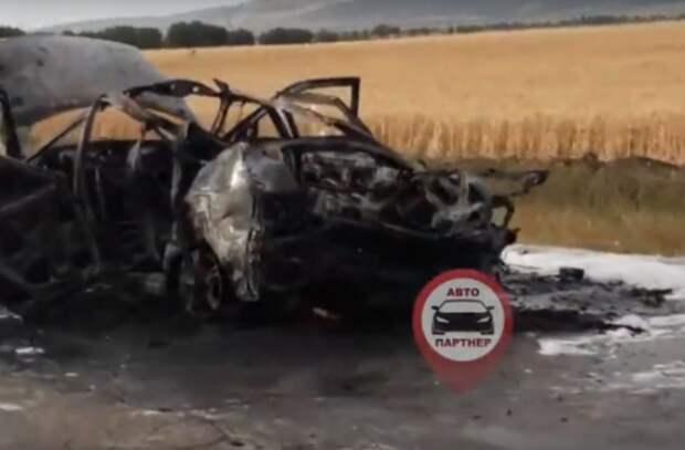 На крымской трассе дотла сгорела машина (ВИДЕО)