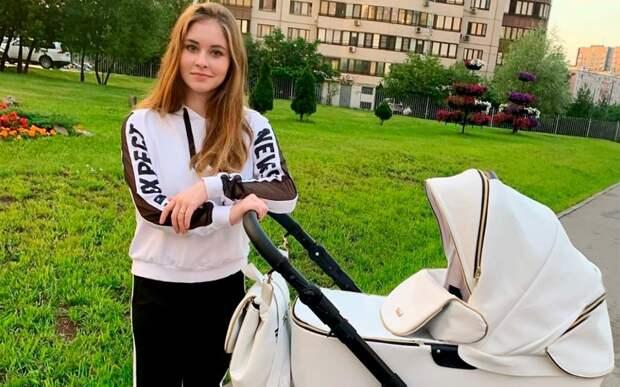 «Здорово, что мы родились летом». Липницкая опубликовала фото с прогулки с месячной дочерью
