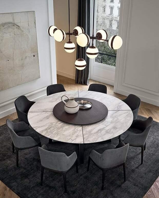 Обеденный стол в интерьере кухни