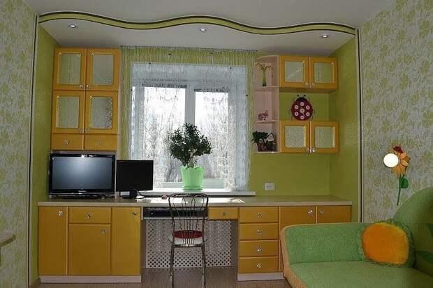 Шкафы вокруг окна - это не только красиво, но и очень практично