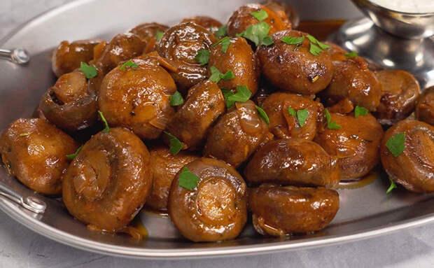 Горячая грибная закуска как у немцев: жарим шампиньоны с заправкой из чеснока