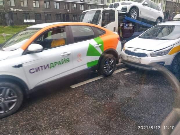 На улице Народного Ополчения зазевавшийся таксист врезался в каршеринг