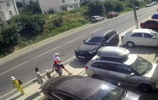 Водитель врезался в толпу на тротуаре под Анапой