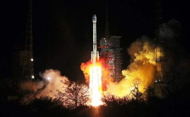 На фото: пуск ракеты-носителя «Чанчжэн-3В» с двумя навигационными спутниками Beidou-3