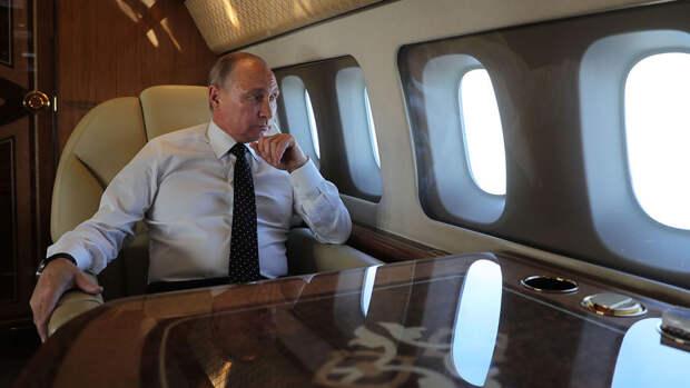 Путина показали за работой на борту президентского лайнера