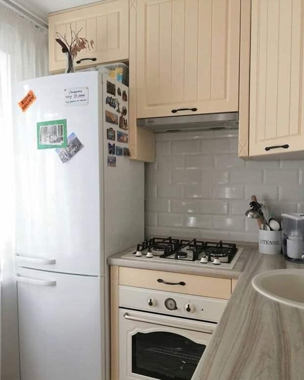 Просто прелесть! На маленькой светлой кухонке 5 кв.м. поместились холодильник и посудомойка