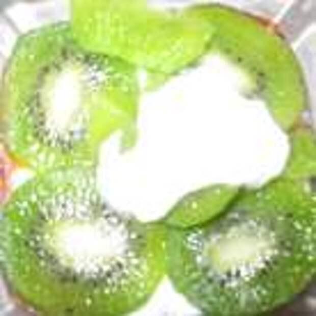 Потом выкладываем следующий слой фруктов, у меня киви.  Сверху залить творожной массой.