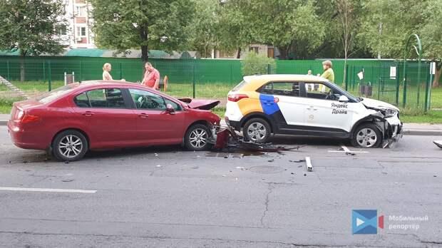 На Каргопольской водитель легковушки не уступил дорогу каршерингу и устроил ДТП