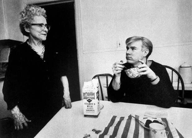 Энди Уорхол с мамой. \ Фото: photo.gala.fr.