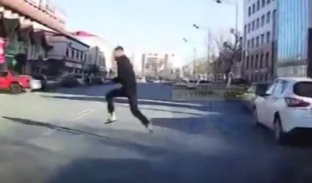 Тюменец выпрыгнул напроезжую часть прямо перед едущим автомобилем