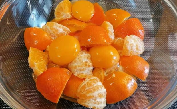Смешали в блендере 4 мандарина и 3 яйца. Осталось добавить немного муки и кекс готов