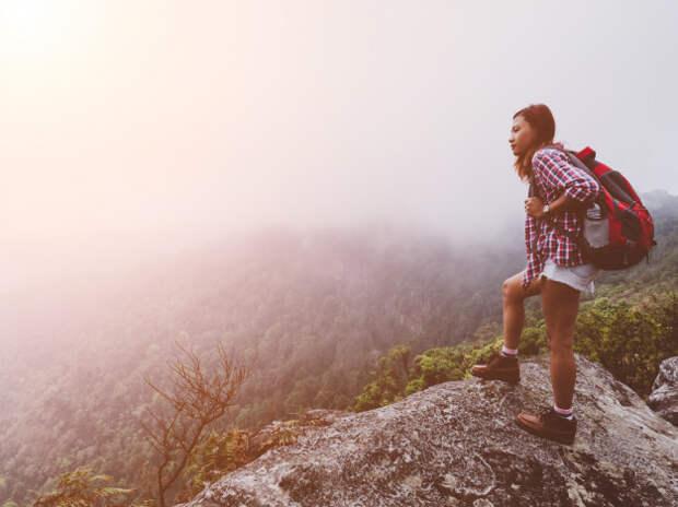Девушка-путешественница на горе | Премиум Фото