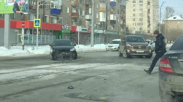 В центре Орска столкнулись Ford и Lada Largus